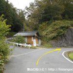 矢多田北登山口に行く途中の紛らわしい分岐