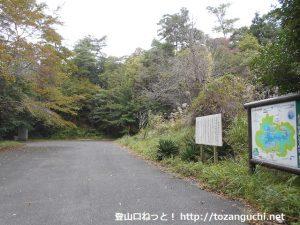 岳山の矢多田南登山口の登山者用駐車場とトイレ
