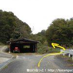 多飯が辻山の登山口に向かう途中の民家の横