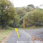 多飯が辻山の登山口に向かう途中の四季の森どうじょうとの分岐地点
