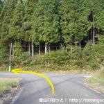 神郷温泉バス停から東に進みすぐ先のT字路を右折しその先のT字路を左折