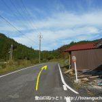 三室上バス停前の車道を山側に進む