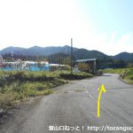 大忠バス停前の車道を山側に進む