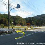 則本バス停のすぐ東側を左折して橋を渡る