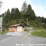 国道180号線の花見バス停横から山側のわき道に入る