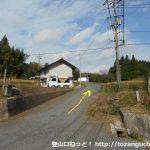県道157号線と県道50号線の合流地点から荒戸神社に向かう車道に進む