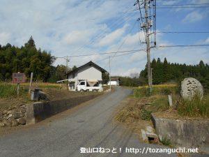 県道50号線から荒戸神社に向かう林道の入口