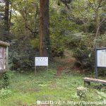 荒戸神社の本殿左手奥にある荒戸山の登山口