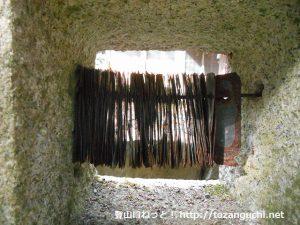 荒戸神社の百度石の鉄製の板
