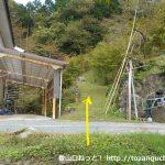 育霊神社の奥の院の登り口手前の民家前