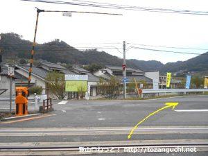 備中川面駅の東側の踏切を渡ったら右へ