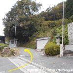 木野山神社の里宮の石段前から坂道を上がる
