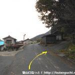 木野山神社里宮の西側から奥の院に向かう参道に入るところ