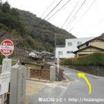 松山城登山口バス停から川沿いの車道を上る