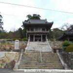 祇園山の山頂に佇む祇園寺の山門