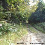 三坂山に向かう大山みちの入口(三坂山登山口)