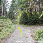 雨乞山の登山口に向かう林道の分岐