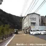 湯原温泉バス停前の車道