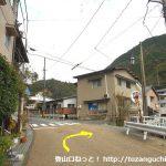 湯原温泉の温泉街の道から湯本神社の方に入る