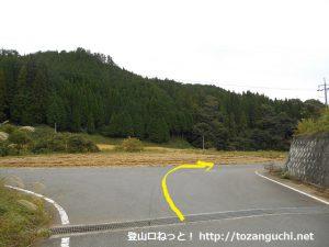 田浪キャンプ場に行く途中の峠を下ったところのT字路を右折