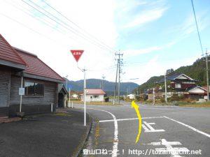 中曽バス停前の辻を県道113号線の方に進む