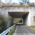 三平山登山口に向かう途中で米子自動車道の下をくぐるところ