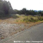 三平山登山口への近道の登り口向かい側にある駐車スペース