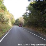 林道川上2号線の朝鍋鷲ヶ山登山口手前の路肩の駐車スペース