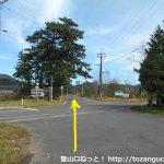 犬挾峠の下蒜山登山口に行く途中の県道422号線が横切る交差点