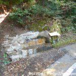 津黒山の登山口に行く途中の車道沿いにある湧水の水汲み場