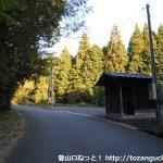 泉嵓神社の参拝者用駐車場とトイレ前