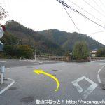 奥津温泉バス停横の辻を左に進む