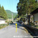 中林口バス停から山側の道をまっすぐ進む