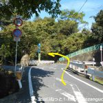 中山神社本殿右側の小橋を渡ったら左へ