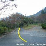 知和駅前の小路を進む