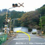 知和駅東側の踏切を渡る