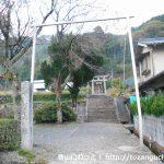 千磐神社の参道入口から参道を見る