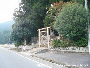 県道6号線から千磐神社の鳥居を見る