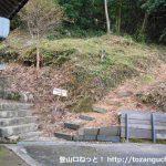 千磐神社の本殿裏手にある矢筈城跡(矢筈山)の登山口