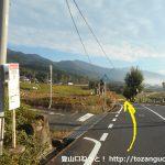 広戸北バス停前の車道を東に進む