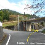 国道373号線から駒の尾山に向かう道に入ってすぐの線路下の分岐
