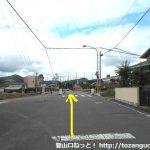 松ノ本北バス停横から右に入って県道67号線を横切った先で橋を渡る