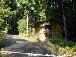 笠形神社の大鳥居にある水洗トイレ