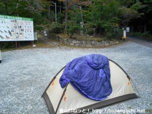 笠形神社の大鳥居前にテントを張る