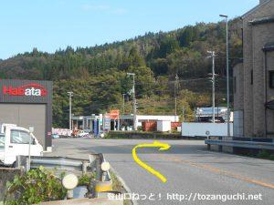 道の駅村岡ファームガーデンの先のエネオスのガソリンスタンド手前から右に入る