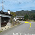 稲葉バス停横のT字路を左折
