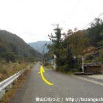 三川バス停から三川権現社の方に進む