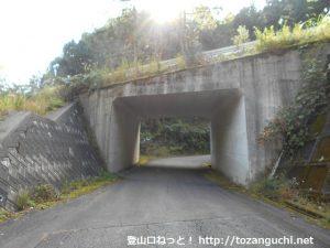 奥若杉の県道48号線の下を通るところ