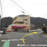 前川商店の手前を右折