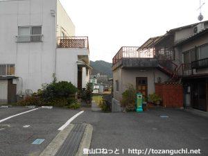 熊山駅の向かって右側の路地の入口